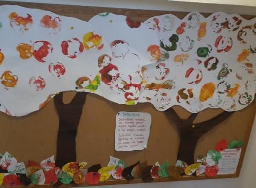 Zečići - Dan jabuka - otiskivanje polovica jabuka u temperi na papir, izrada plakata Voćnjak u jesen