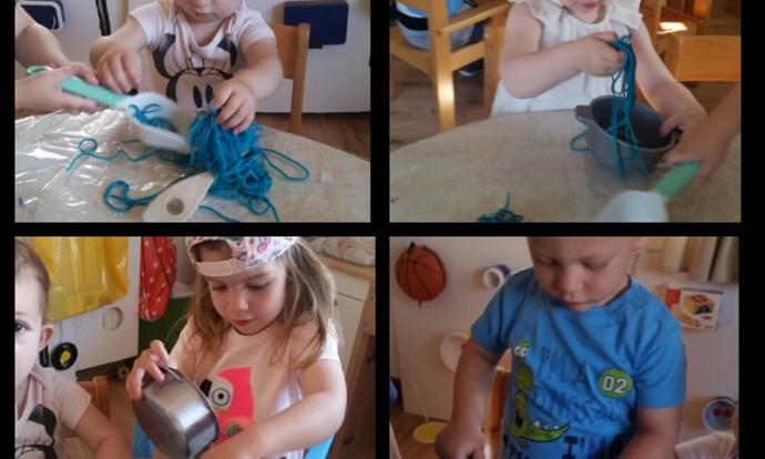Zečići - simbolička igra kuhinje s obojanom tjesteninom, punjenje i pražnjenje posudica, manipuliranje tijestom, senzomotorni razvoj, razvoj preciznosti i motorike