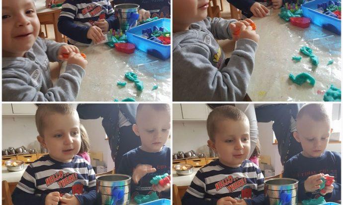 Leptirići - manipuliranje plastelinom i slamkama, otiskivanje modlicama, izrada božićnih kolačića, razvoj fine motorike šake i prstiju, razvoj spoznaje