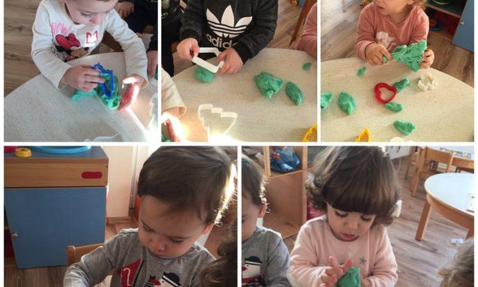 Zečići - aktivnost manipuliranja domaćim plastelinom i oblikovanje modlicama, razvoj kreativnosti i preciznosti te suradničkog učenja