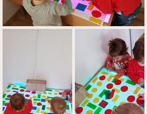 Bubamare - istraživanje i uočavanje boja i geometrijskih oblika na svjetlećem stolu, razvoj spoznaje, koncentracije, senzorike i vizualne percepcije