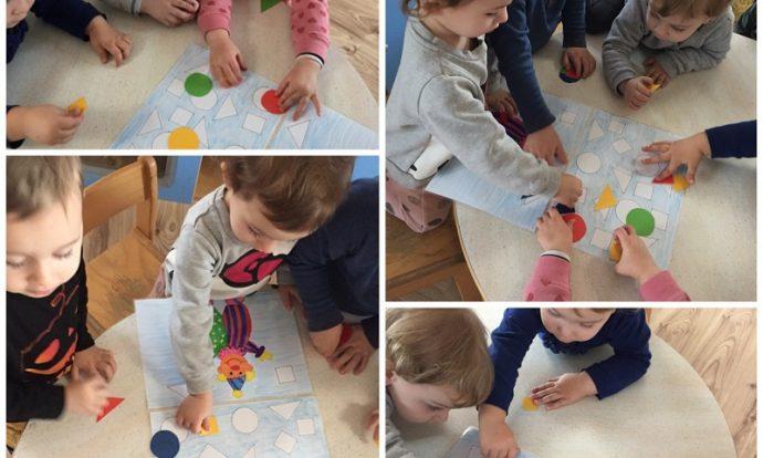 Zečići - likovna aktivnost, dovršavanje maski, ljepljenje obojane tjestenine na maske, rarvoj fine motorike šake, razvoj preciznosti i pažnje, razvoj kreativnosti
