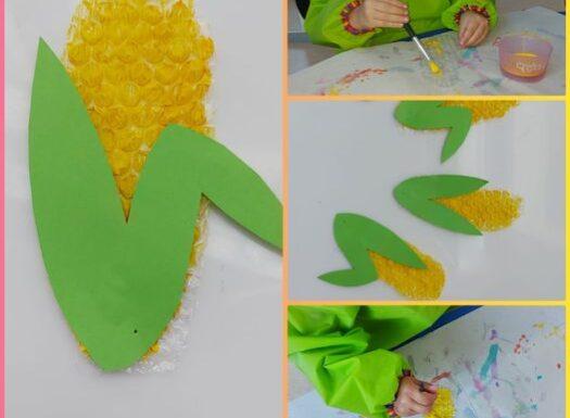 Žirafice - likovna aktivnost izrade kukuruza; bojanje pucketave folije i lijepljenje klipa nakon razgovora o sezonskoj hrani